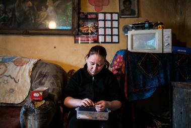 Egy másik toldi házban Rózsi menye dohányt tölt. A mikro a kisgyerekek miatt van, adomány volt