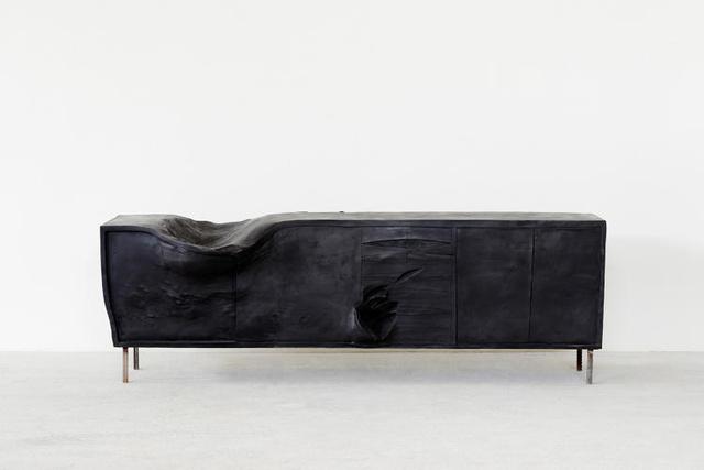 """""""Horse"""" azaz ló névre keresztelte a művész ezt a fekete ülőkét."""