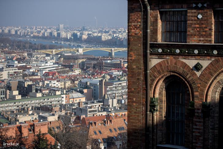 Ilyen gyönyörű a kilátás a Levéltárból. Jobbra az ablakok mögött látszik, hogyan felezik el az épületszinteket a raktári szintek