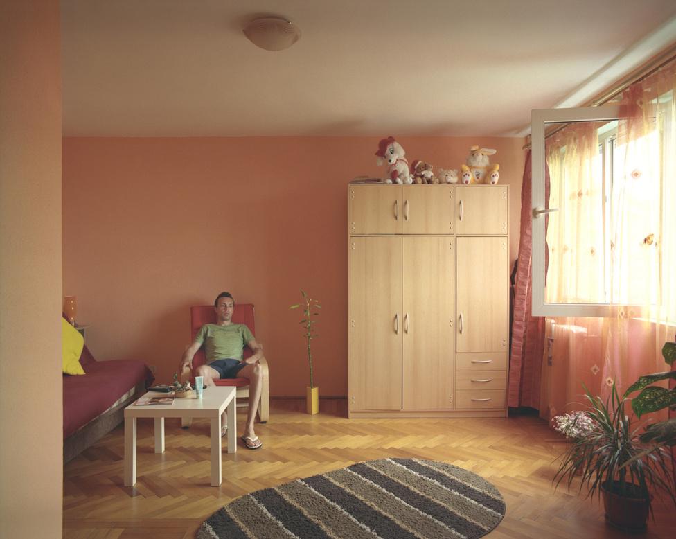 A negyedik emeleti lakó nem akarta elárulni az igazi nevét, azt kérte, nevezzék csak Don Lukasnak. Külföldön próbálta megcsinálni a szerencséjét, nem sokkal a fotózás előtt jött vissza Spanyolországból. A barátnőjével élnek itt ketten. A fotós szerint jól látszottak a korosztályok szerint elváló trendek: a fiatalabbak jobban szeretik a minimalistább, levegősebb berendezést, az idősebbek pont fordítva.
