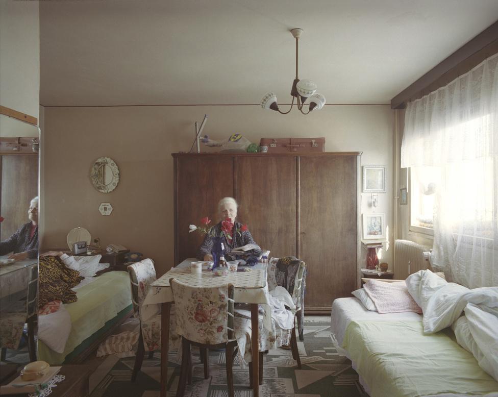 A nyolcadikon is egy nyugdíjas házaspár él, 1967 óta. A férj évek óta ágyhoz kötött beteg. A Vice 2015-ös interjújában megkérdezték a fotóst, hogyan sikerült meggyőznie az összes szomszédját arról, hogy vegyenek részt a projektben. Gîrbovan szerint az általa annyira szeretett matematika sietett a segítségére: kihasználta a lakók egymás közti kapcsolatait. Olyan volt a folyamat, mint valami érdekes játék: a kilencediken lakó asszony mutatta be a nyolcadikon lakónak, aki jóban volt a kilencediken és a hetediken lakó szomszédaival is, és így tovább.