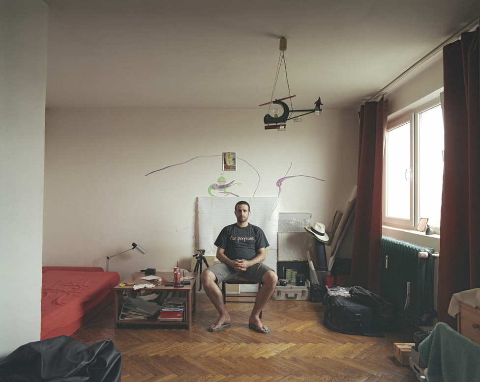 A ház, valahol Bukarest keleti részén, adott volt. A tizediken lakott a projekt idején, 2008-ban maga Gîrbovan, a szörényvári születésű, ma 35 éves fotós. Összesen négy évet töltött itt. Ez a ház egy úgynevezett 10/1: mind a tíz emeleten egy darab lakás van. Pontosan egymás fölött-alatt helyezkednek el, és pontosan egyformák. A képeken mindegyiket ugyanabból a szögből látjuk.