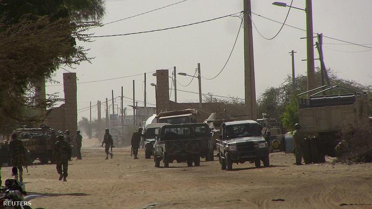 Mali katonák állnak őrt Timbuktuban, miután ismeretlenek ENSZ-katonákra támadtak