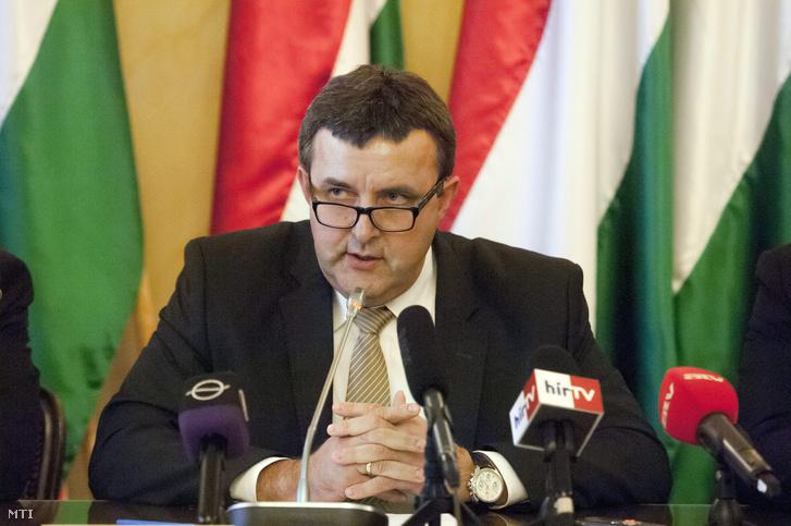Palkovics László felsőoktatásért felelős államtitkár a Felsőoktatási Kerekasztal ülése után tartott sajtótájékoztatón az Emberi Erőforrások Minisztériumában (Emmi) 2015. október 7-én.