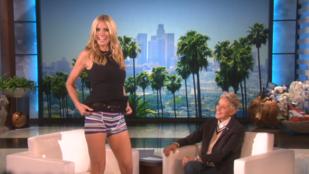 Heidi Klum azért vett ilyen rövid szoknyát, hogy megmutathassa a bugyiját