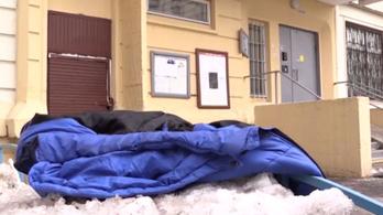 Bezacskózott csecsemőt találtak a szemétledobóban, élve