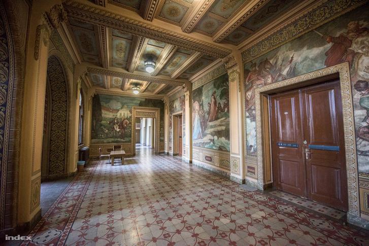A felsőbb szinteken a belsőépítészeti stílus is követi a festményeken bemutatott kort: itt már nyoma sincs a középkornak
