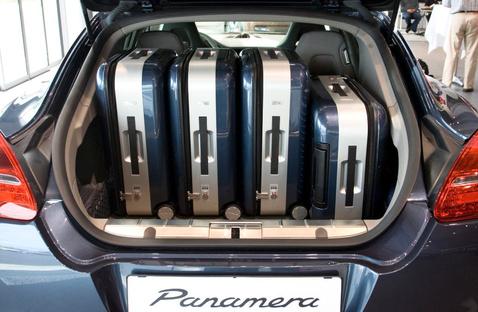 Ahhoz képest, mekkora a Panamera, nem nagy a 445 literes csomagtér, négy bőrönd azért így is ebelefér