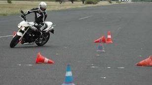 Törött csontok a vezetéstechnikai tréningen