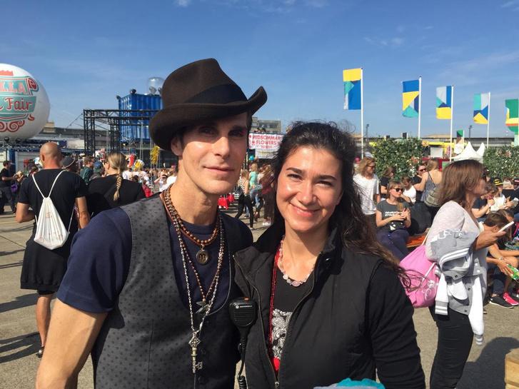 Szép Fruzsina a Lollapalooza alapítójával, Perry Farrell-lel