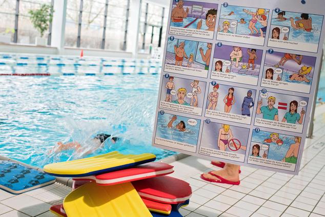 Egy a berlini Fischerinsel uszoda fürdőzési szabályzatát képregény formában ábrázoló plakát