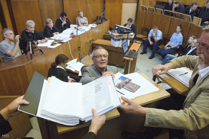 Kőfalvi Gyula igaszságügyi műszaki szakértő (k) az Eva Varholiková Rezesová ellen négy halálos áldozatot okozó ittas járművezetés vádjával folyó másodfokú büntetőper tárgyalásán.