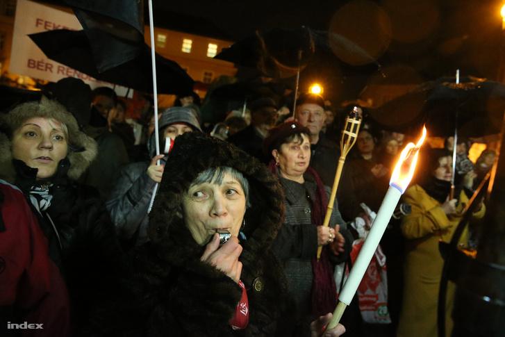Tüntető pedagógusok Miskolcon, 2016. február 3-án.