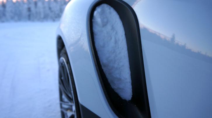 Fakanál-nyéllel kellett kipiszkálni. Pedig itt kapja a levegőt a motor. Az első kerekek egyenesen ide verték a havat