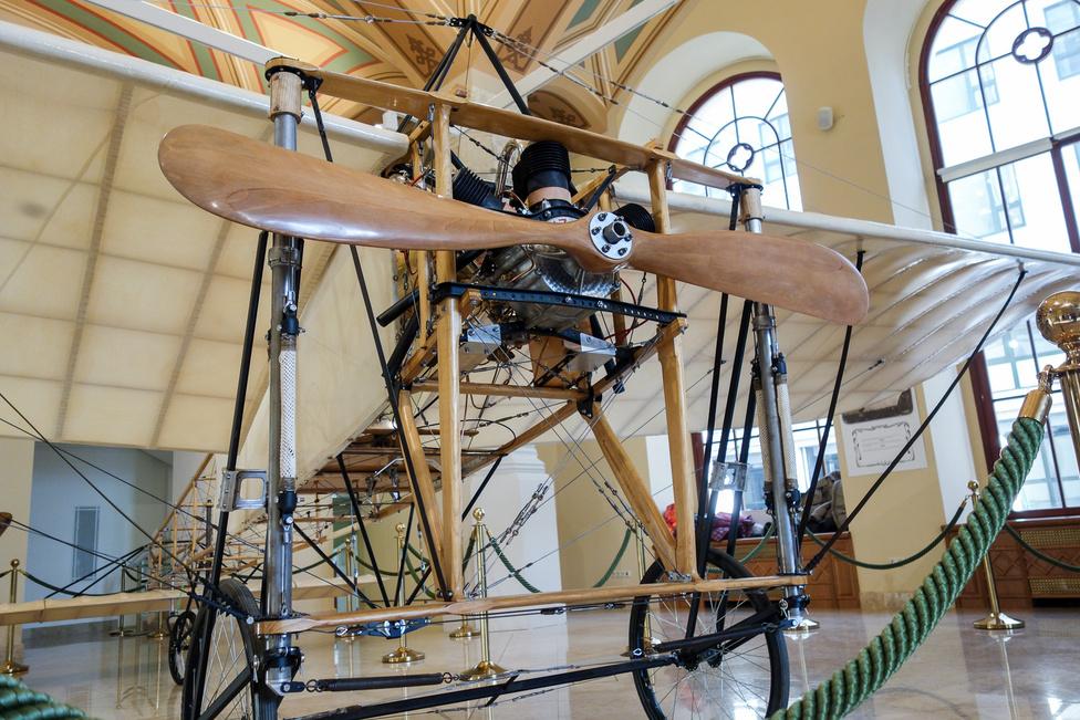 Ez az a fajta Chauviere Intégrale propeller, amilyen a La Manche-átrepülő gépen is volt - az első, amelyiknek az eredeti Wright-szabadalom propellerhez mérhető hatásfoka volt. A Blériot XI. korai verziója még négylapátos propellerrel repült 1909 elején