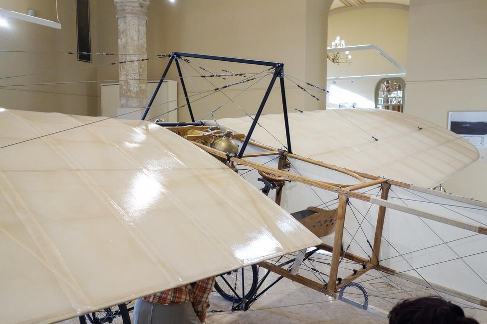 A Blériot XI-et még nem csűrőlapokkal kellett irányítani, mint a mai gépeket, hanem a teljes szárny csavarodott a kormány elmozdítására - az akkori gépek java része ilyen volt, a csűrőlapos kormányzást az amerikai Curtis dolgozta ki, de az ekkor még nem volt igazán repérett