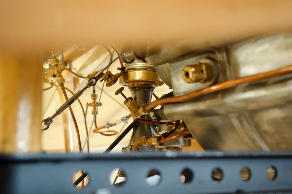 Egy szem karburátor középen, hosszú szívócsöveken innen megy a hengerekhez a keverék