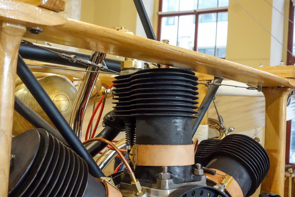 Oldalt szelepelt motor, látszik, mennyire elnyúlik oldalra a hengerfej. Sok áram nincs a gépben, csak a szikrához