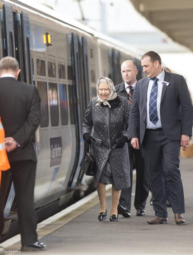 II. Erzsébetet egy vasútállomáson fotózták le.