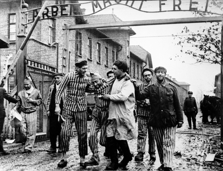 A Vörös Hadsereg 322-es lövészhadosztályának orvosa a felszabadított tábor túlélőivel a lengyelországi auschwitzi koncentrációs tábor bejáratában, 1945. január 27-én.