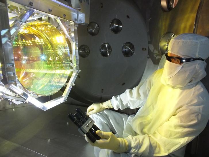 A LIGO egyik kutatója ellenőrzi a műszereket