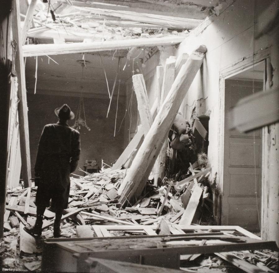 """A ház január 2-án kapta az első bombatalálatot. """"Mindnyájan a pincében vagyunk. Egyszerre őrült dörrenés rázza meg a pince falait is. Utána tompa zuhogás, cserepek csörömpölés. Egyelőre semmit sem lehet látni. Áthatolhatatlan sűrű sárga ekrazit szagú por gomolyog az udvarban. Mindnyájan tudjuk, hogy a házat érte találat, de hogy hol, melyik részét, áll-e még belőle egyáltalán valami, arról sejtelmünk sincs. Kétségbeejtően hosszú percek múlnak el. Végre legalább az udvarba ki lehet lépni. Pár lezuhant gerendán és nagy halom összetört cserépen kívül egyelőre nem látunk semmit. Meg kell várnunk, amíg a támadásokban kisebb szünet áll be. Felmegyünk az emeletre. Itt aztán szomorú kép tárul elénk! Lakásunk ajtaja kidőlt, az előszoba és apám szobája közti fal eltűnt, a plafonon hatalmas lyuk tátong. Törmelék, gerendák és töménytelen por mindenfelé. Mindnyájan sírunk."""""""