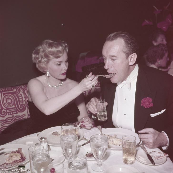 Zsazsa az 50-es évek első felében már a harmadik férjével, George Sanders brit színésszel élt együtt. Itt épp őt eteti egy elegáns étteremben