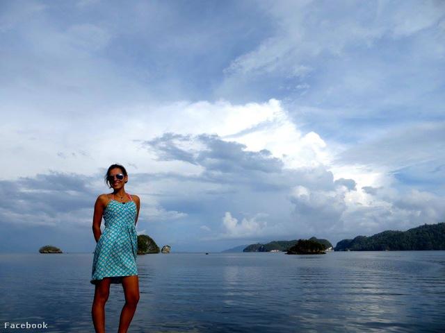 Rita kivételesen kék ruhában kedvenc országában, Indonéziában
