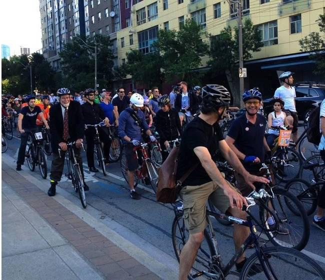 Egy korábbi demonstráció a Jarvis Street-i kerékpárútért. Nem valósult meg az álom, helyette született meg ez a Sherbourne Streeten