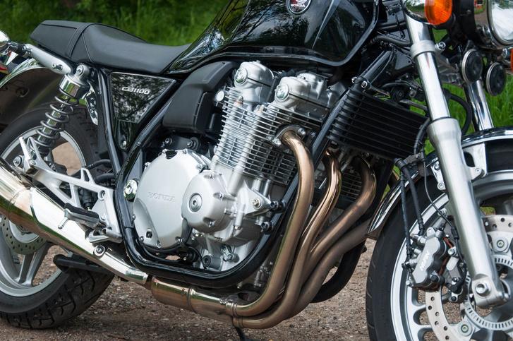 A Honda CB1100 nagyon szép blokkja nagyon szépen hangsúlyozza a DOHC mivoltát, a hengerfej két púpja szépen felhívja a figyelmet a két felülfekvő vezérműtengelyre