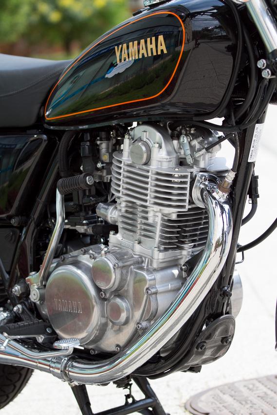 A Yamaha SR400 igazi őskövület, léghűtés, egy henger, SOHC vezérlés