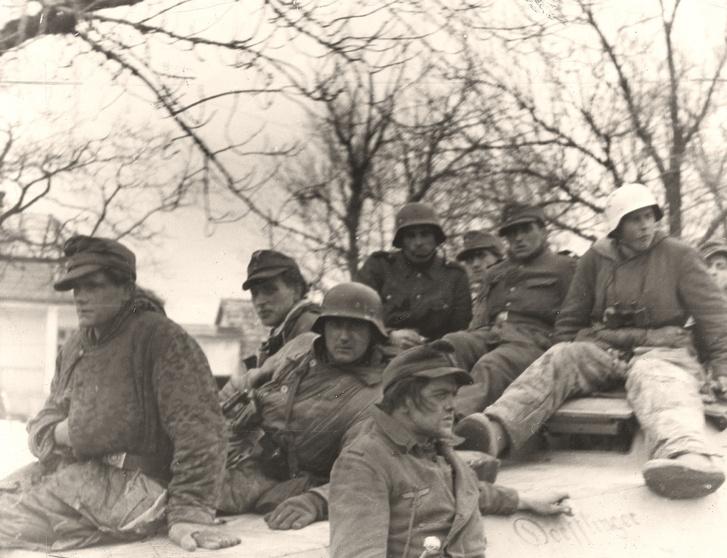 Budapestről ájutott német katonák 1945. február 14-én Szomornál a 3. német lovashadosztály lövészpáncélosán.