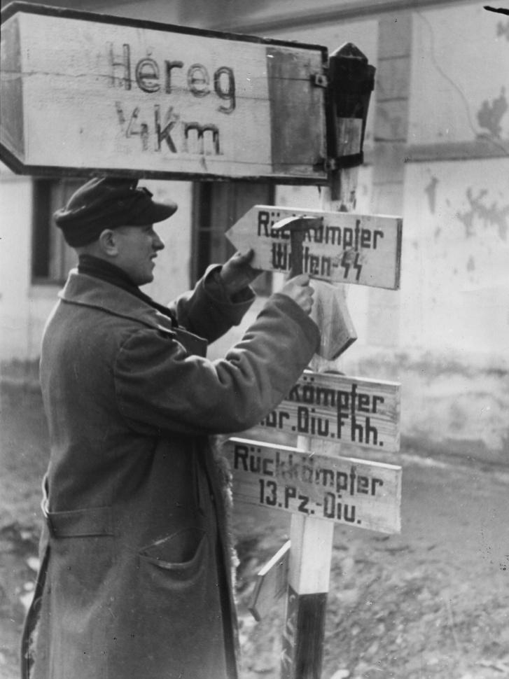 Német propagandafotó a kitörők fogadásáról. Feltehetően Tarjánban készült, ahol a 3. német lovashadosztály gyűjtőpontokat létesített a kitörők számára. Ezeket azonban sokkal kevesebben érték el, mint ahány emberre számítottak.
