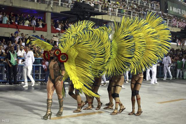 Képünkön a Mocidade szambaiskola táncosai