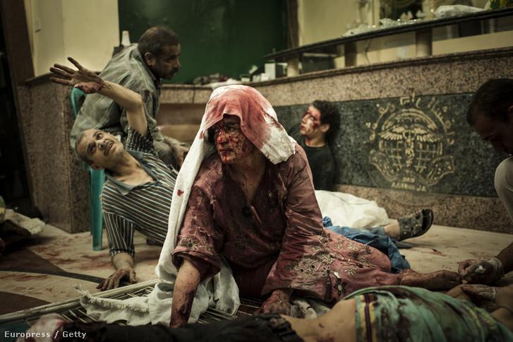 Sérült civilek Aleppóban.