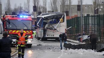 Hat gyerek meghalt, amikor építési törmelék zuhant az iskolabuszukra