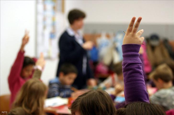Nagykanizsa, 2011. május 5. Harmadikos diákok jelentkeznek egy tanórán a Bolyai János Általános Iskolában, Nagykanizsán. Nyolc oktatási intézményt érintő összevonásról döntött a város közgyűlése. MTI
