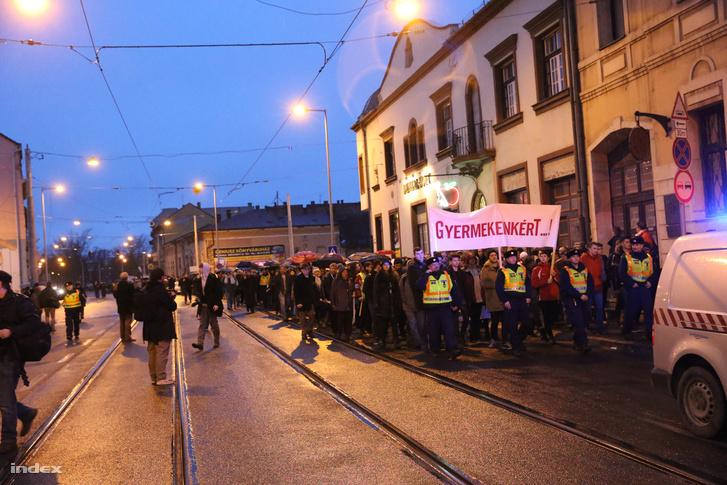 A pedagógusok és szimpatizánsaik demonstrációjának résztvevői vonulnak a miskolci Hősök terére 2016. február 3-án.