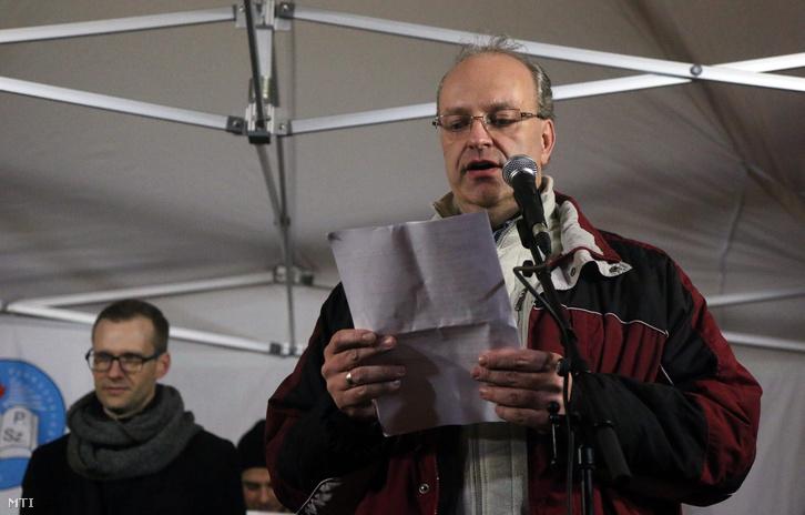 Pilz Olivér a miskolci Herman Ottó Gimnázium közalkalmazotti tanácsának elnöke (j) beszédet mond a pedagógusok és szimpatizánsaik demonstrációján a miskolci Hősök terén 2016. február 3-án.