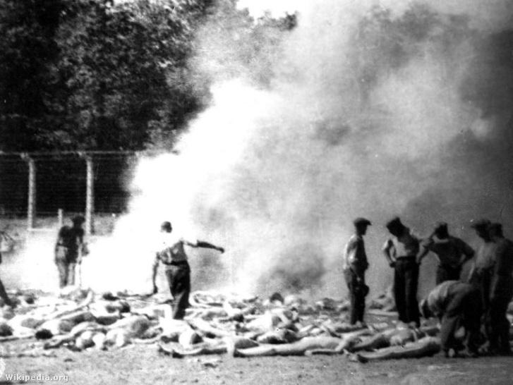 Az auschwitzi Sonderkommando tagjai holttesteket égetnek