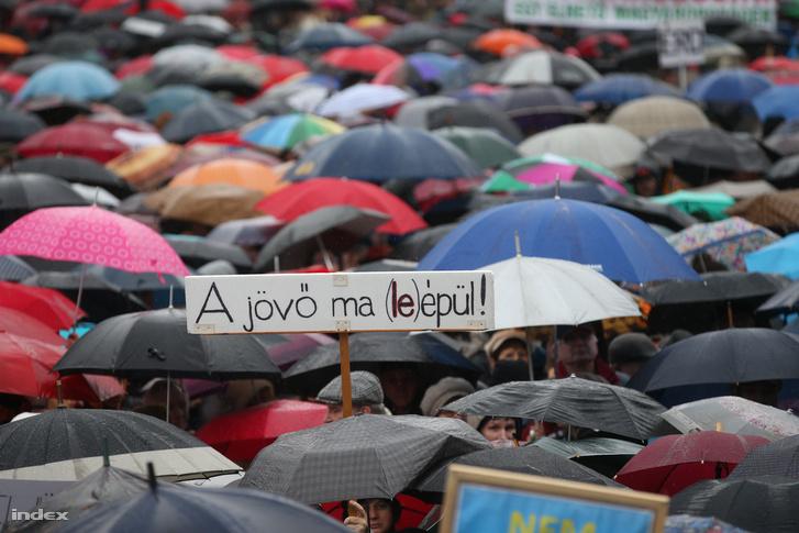 Esernyős tüntetők a parlament előtt a szombati pedagógus tüntetésen