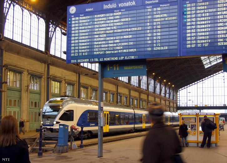 A Nyugati pályaudvar csarnoképületében balra egy Stadler Flirt típusú modern személyszállító vasúti szerelvény.
