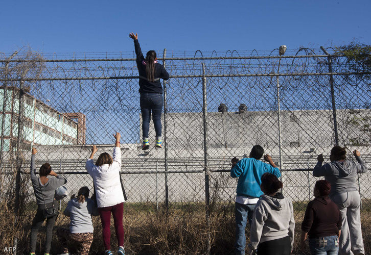 A rabok hozzátartozói integetnek a börtön rácsainál