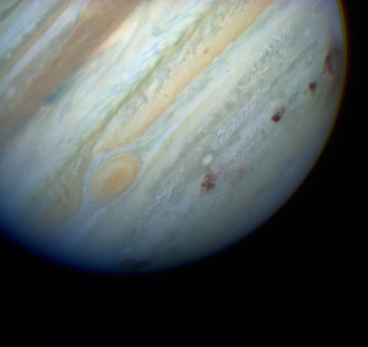 A Shoemaker-Levy 9 üstökös darabjainak becsapódása a Jupiterbe 1994-ben. Az új eredmény szerint az óriásbolygó Földet védelmező szerepe megkérdőjelezhető, sőt talán éppen az ellenkezője igaz.