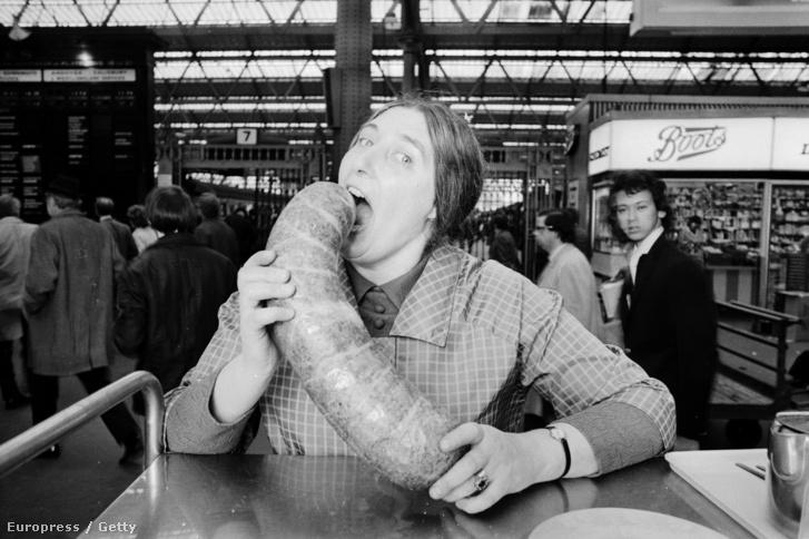 A haggis-evés csúcstartója Doreen Maunsell gyakorol a következő megmérettetésre 1972-ben.