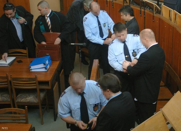 2006. május 3. W. László elsőrendű vádlott N. Zsolt másodrendű vádlott és B.László harmadrendű vádlott megérkezik a Pest Megyei Bíróságra, ahol megkezdték a Szlávy Bulcsú megölése miatt indult büntetőpert.