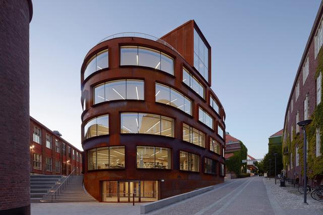 Az év legjobb oktatási intézményét a Tham & Videgård Arkitekter építésziroda tervezte. A mutatós saroképület 2015-ben elnyerte a Kasper Salin díjat és a Svéd Építészek Szövetségének díját is.
