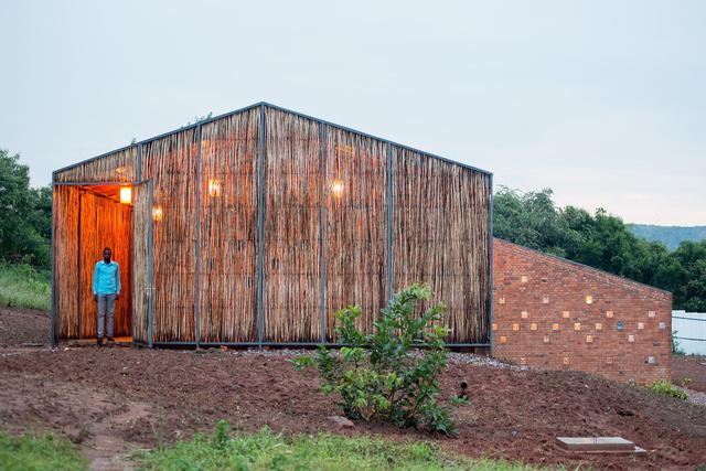 Az év legjobb egészségügyi intézményét a New York-i Sharon Davis Design stúdió tervezte a ruandai Egészségügyi Minisztérium támogatásával, az épület pedig igen fontos előrelépést jelent a helyi egészségügyi rendszer életében Ruandában.