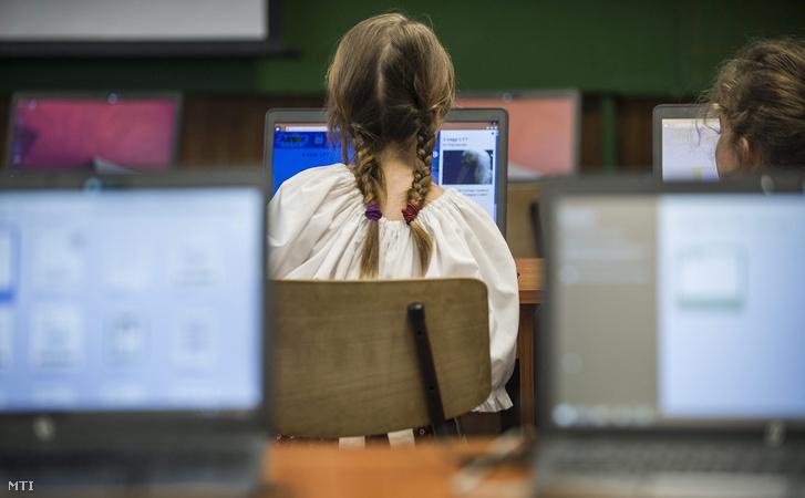 Diákok dolgoznak az új számítógépeken az Arany János Általános Iskola informatikai termében.