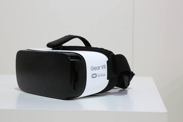 Ez már a jövő és a Gear VR. Egy ilyen és hozzá egy egy fülhallgató és máris kiszakad a valóságból és átlép egy másikba.